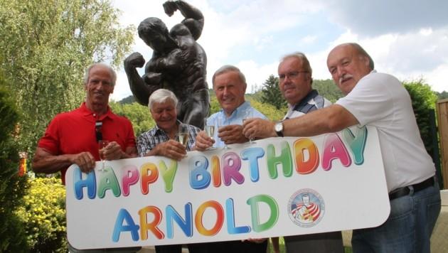 Schwarzenegger-Freunde rund um Peter Urdl (M.) laden zur Party (Bild: Jauschowetz Christian)