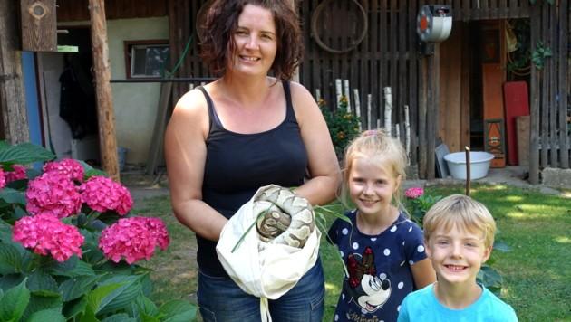 Bettina Steiner mit den Kindern Amelie und Mattheo und dem geretteten Königspython (Bild: Helga Happ)