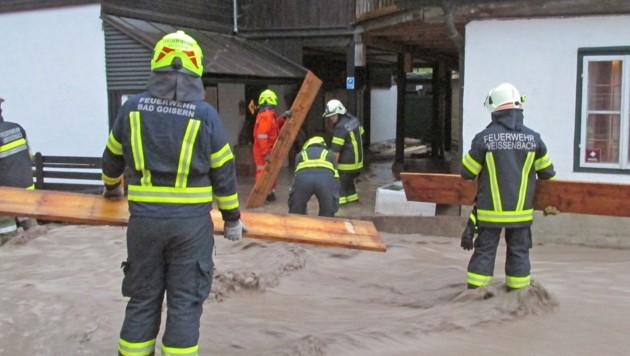 Überflutungen beschäftigten Einsatzkräfte in Bad Goisern (Bild: FF Bad Goisern)