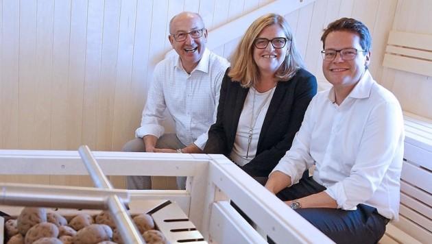 Schaefer-Wiery bei der Wiedereröffnung eines Saunabads mit Bäderchef Hubert Teubenbacher (liinks) und Bildungsstadtrat Jürgen Czernohorszky (Bild: PID/Martin Votava)