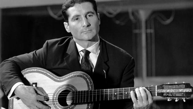 Freddy Quinn spielt auf der Gitarre. (Bild: APA/dpa/Reiss)