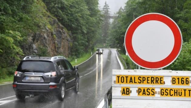Die Schäden an der B166, einer wichtigen Verbindungsstraße, sind enorm. Es wird Wochen dauern, die Fahrbahn zu sanieren. (Bild: FOTOKERSCHI.AT)