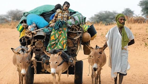 Ein Flüchtling aus Mali mit seiner Familie (Bild: AFP)