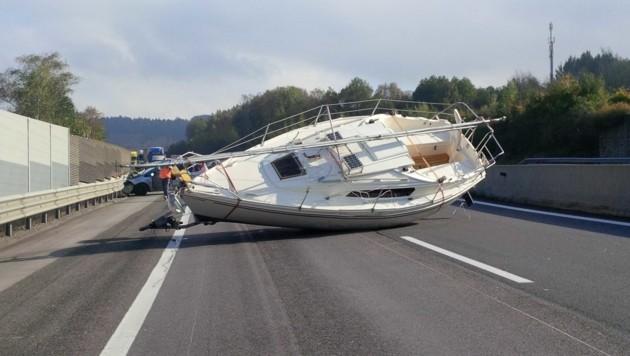 """Sogar ein Segelboot wurde auf heimischen Autobahnen schon """"verloren"""". (Bild: Asfinag)"""
