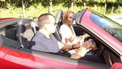 Alex Rodriguez hat Jennifer Lopez mit einem Porsche überrascht. (Bild: www.youtube.com)