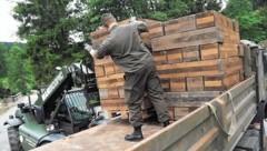"""Trotz schweren Geräts war beim Abladen der Ausrüstung natürlich auch """"Manpower""""gefragt. (Bild: Bundesheer)"""