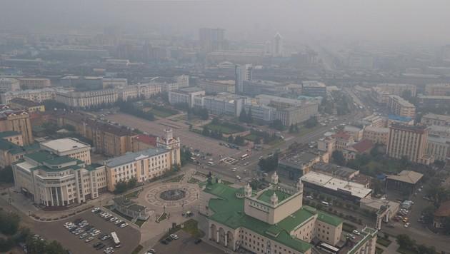 Auch das Zentrum von Ulan-Ude, Hauptstadt der Teilrepublik Burjatien im südöstlichen Sibirien, ist von gesundheitsschädlichem Rauch durchzogen. (Bild: AP)