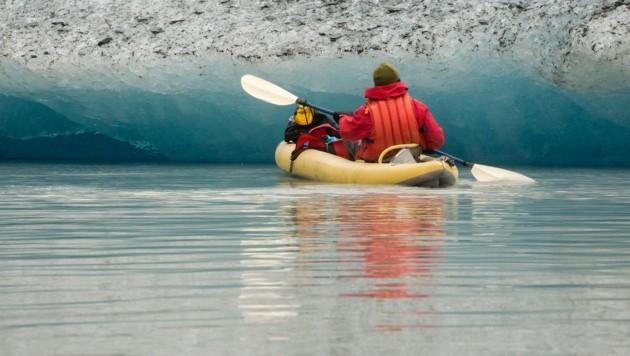 Ein Kajakfahrer auf dem Valdez-Gletschersee in Alaska (Symbolbild) (Bild: stock.adobe.com)