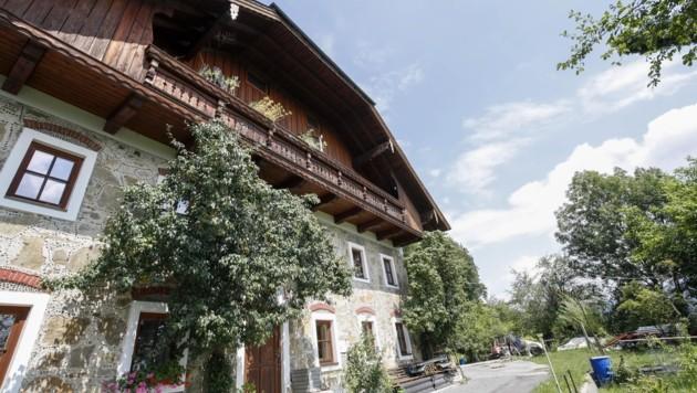 Vom Balkon dieses Hauses gab ein Ex-FPÖ-Politiker 29 Schüsse ab. (Bild: Tschepp Markus)