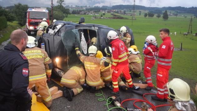 Die Feuerwehr Saalfelden Hauptwache und der Löschzug Letting wurden zu einem schweren Verkehrsunfall nach Ruhgassing alarmiert. (Bild: FF Saalfelden)