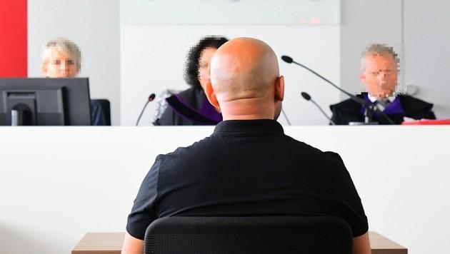 Der Angeklagte vor Gericht (Bild: Kronen Zeitung)