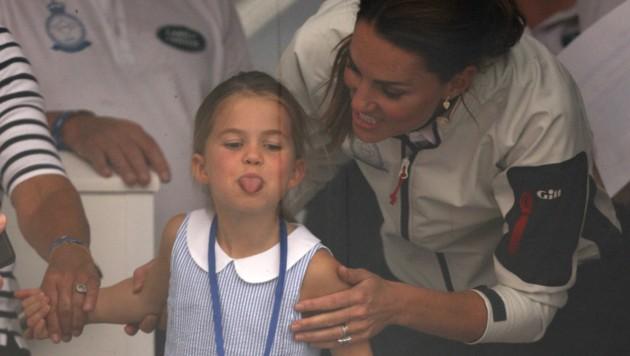 Prinzessin Frechdachs: Charlotte zeigt den Zuschauern die Zunge. (Bild: AFP)