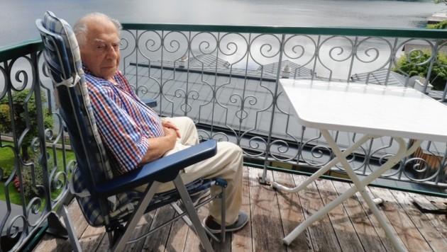 """Wahlsteirer"" Paul Lendvai am Balkon seines Feriendomizils in Altaussee: ""Es ist mir alles so vertraut hier ..."" (Bild: Christian Jauschowetz)"