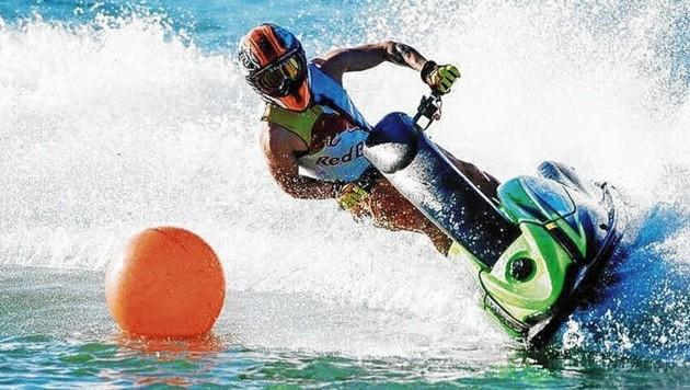 Andrea Dovizioso testet die Schräglagen auch mit dem Water Scooter. (Bild: zVg)