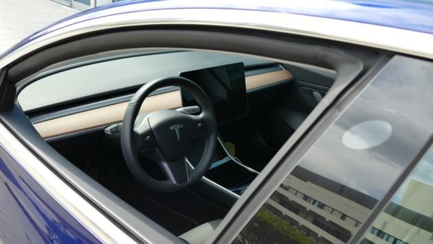 Verwaister Fahrersitz eines Tesla Model 3 (Bild: Stephan Schätzl)