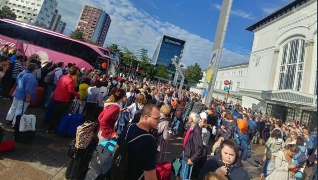 Zahlreiche Personen warteten vor dem Eingang auf ihre Anschlussverbindungen. Die insgesamt 19 Ersatzbusse der Bundesbahnen ließen jedoch bis zu vier Stunden auf sich warten. Das ärgerte viele Fahrgäste. In den sozialen Medien machten einige davon ihrem Unmut darüber Luft. (Bild: Screenshot)
