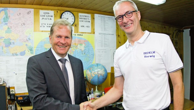Bürgermeister Erich Rohrmoser mit Amateurfunker Herwig Klima (Bild: Gemeinde Saalfelden)