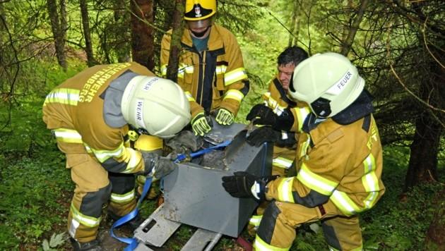 Die Feuerwehr Wattenberg barg den aufgebrochenen Safe. (Bild: ZOOM.TIROL)