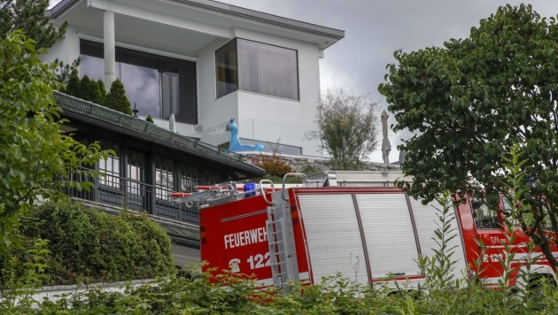 Die Feuerwehr war auch am Freitag bei der weißen Villa. (Bild: Tschepp Markus)