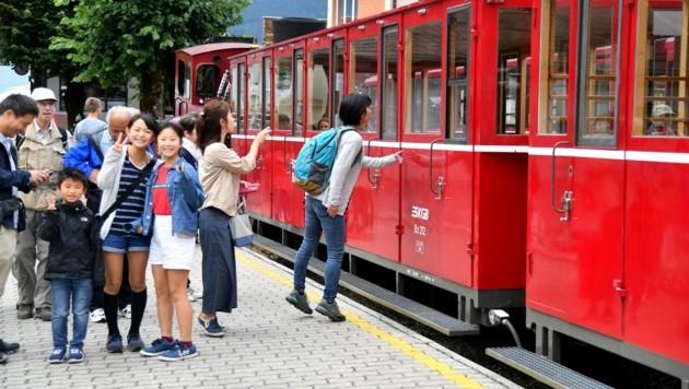 Asiaten gehören zum gewohnten Bild: Bei der Schafbergbahn. (Bild: BARBARA GINDL)