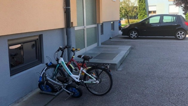 Die Fahrräder der Kinder. Zwei von ihnen waren während der Tat in der Wohnung. (Bild: Elisabeth Nachbar)