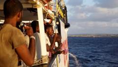 Das Land ist in Sichtweite, doch in Lampedusa anlegen darf die Open Arms mit rund 130 Migranten nach wie vor nicht. (Bild: AP)