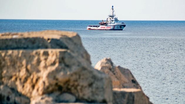 Ein Schiff der NGO Proactiva Open Arms vor Lampedusa (Archivbild) (Bild: APA/AFP/Alessandro SERRANO)
