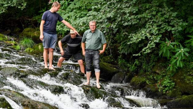 In der Wehranlage Sulzmühle an der Großen Rodl in Eidenberg: Klaus Hofer (Besitzer), Willi Hofer (Vater) und Adi Hinterhölzl (Bürgermeister) (Bild: © Harald Dostal)