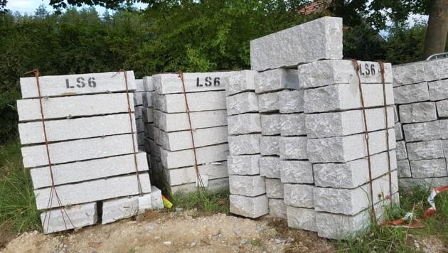 Granit aus China auf einer (schon beendeten) Landesbaustelle im Granitland Mühlviertel (Bild: Werner Pöchinger)