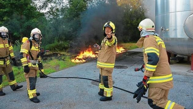 Mit Atemschutzmasken näherten sich die Feuerwehrmänner dem brennenden Motorenöl. (Bild: FF Abtenau)