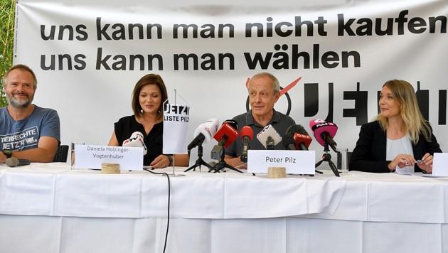Von links: Martin Balluch, Daniela Holzinger-Vogtenhuber, Peter Pilz und Maria Stern bei der Pressekonferenz (Bild: APA/ROLAND SCHLAGER)