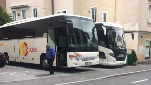 Diese beiden Busse hatten rückwärts quer über die ganze Straße eingeparkt. (Bild: Stadt Salzburg)