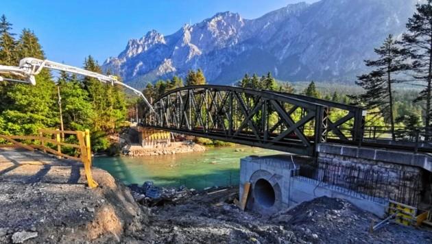 Die alte Eisenbahnbrücke, die bei Arnoldstein über die Gail führt, wird gegen eine neue Konstruktion ausgetauscht. Die Stahlfachwerkbrücke ist 124 Jahre alt und wiegt. 151 Tonnen. (Bild: ÖBB)
