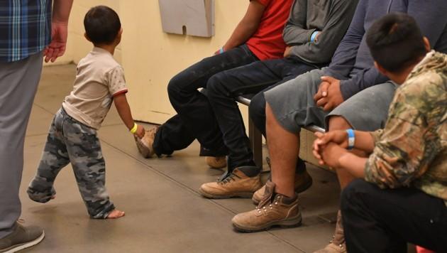 Minderjährige Migranten in einer Einrichtung der Grenzschutzbehörde von Arizona (Bild: APA/AFP/MANDEL NGAN)