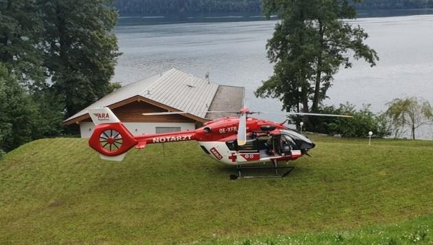 Der Hubschrauber der ARA Flugrettung ist bei der Suche nach dem vermissten Schwimmer im Einsatz. (Bild: ARA)