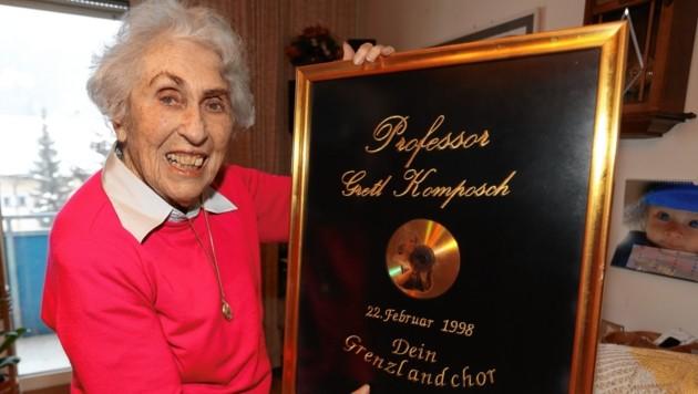 """Gretl Komposch wurde anlässlich ihres 90. Geburtstages von ihrem """"Grenzlandchor"""" geehrt. (Bild: Uta Rojsek-Wiedergut)"""