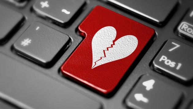 Love-Scammer sind charmant, machen viele Komplimente. Hinter den verführerischen Liebeserklärungen verbergen sich jedoch Betrügereien, die Herzen brechen. (Bild: ©sesselritter - stock.adobe.com)