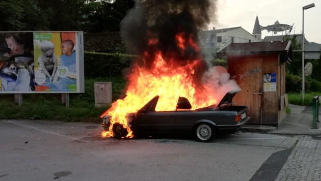 Das Cabrio in Vollbrand (Bild: FF Altmünster)