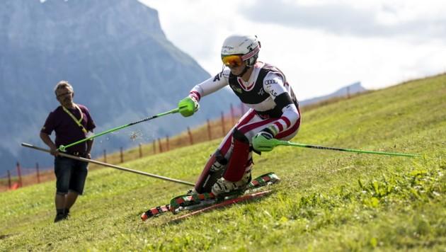 Jacqueline Gerlach ist wieder das Maß der Dinge im Grasski-Weltcup. (Bild: EPA)