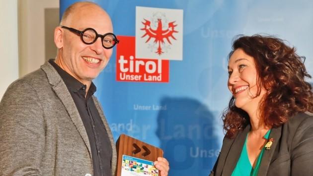 Landeshauptfrau Ingrid Felipe übergab Martin Baltes (IVB) den VCÖ–Mobilitätspreis 2019 für die Regionalbahn/Tram. (Bild: Birbaumer Christof)