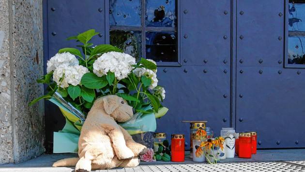 Im Gedenken an die kleine Perla wurden vor der Pfarrkirche Blumen, Stofftiere und Kerzen abgelegt. (Bild: Markus Tschepp)