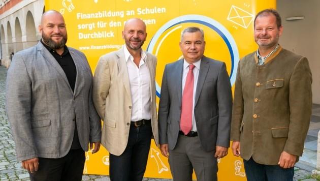 Von links: Markus Kohlmeier, Koordinator der Initiative, Wilfried Fürbaß, Direktor der HAK Eisenerz, Wolfgang Lang, Prokurist bei TCM International, und Hannes Dolzer, Österreichs Fachverbandsobmann. (Bild: WKO/Frankl)