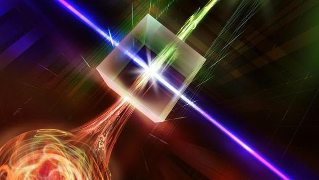 In einem nichtlinearen Kristall wird die Wellenlänge des Photons so verändert, dass es über herkömmliche Glasfaserleitungen gesendet werden kann. (Bild: IQOQI Innsbruck/Harald Ritsch)