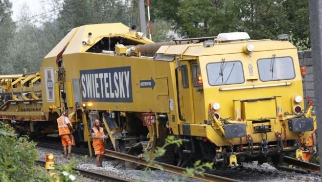 """Der """"SUZ 500"""" im Einsatz – auf dem Gleis daneben donnern 15 Züge pro Stunde vorbei. (Bild: Tschepp Markus)"""