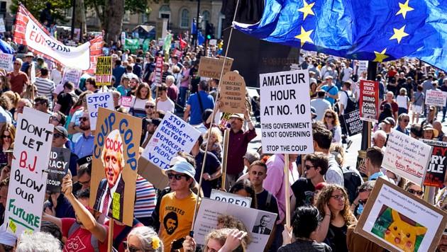 Demonstranten vor dem Regierungssitz in der Downing Street in London (Bild: AFP )