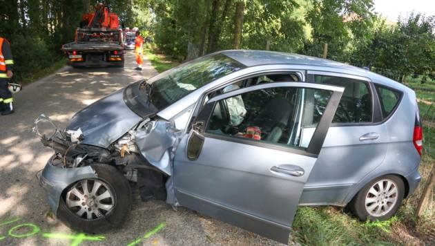 Warum der mit vier Menschen besetzte Mercedes von der Straße abgekommen ist, wird noch ermittelt. (Bild: laumat.at/Matthias Lauber)
