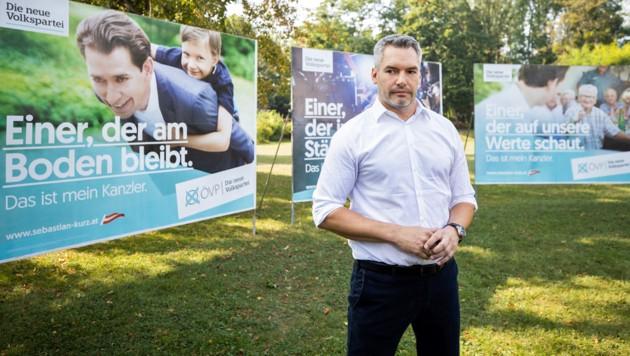ÖVP-Generalsekretär Karl Nehammer vor den aktuellen Wahlplakaten seiner Partei (Bild: APA/GEORG HOCHMUTH)