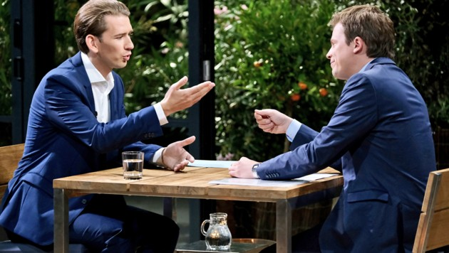 Kurz im Gespräch mit ORF-Moderator Tobias Pötzelsberger (re.) (Bild: ORF)