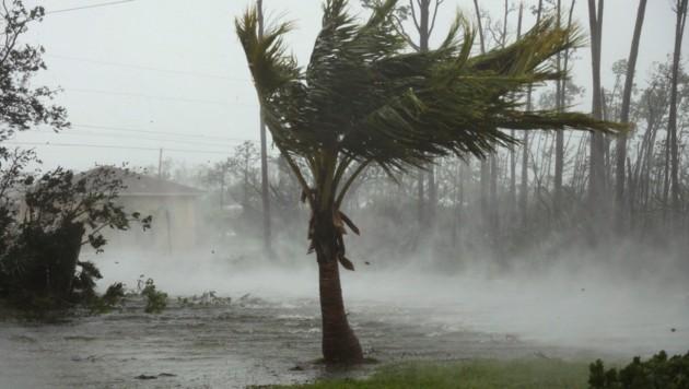 Eine überflutete Straße am Montag in Grand Bahama (Bild: Bahamas Visual Services)