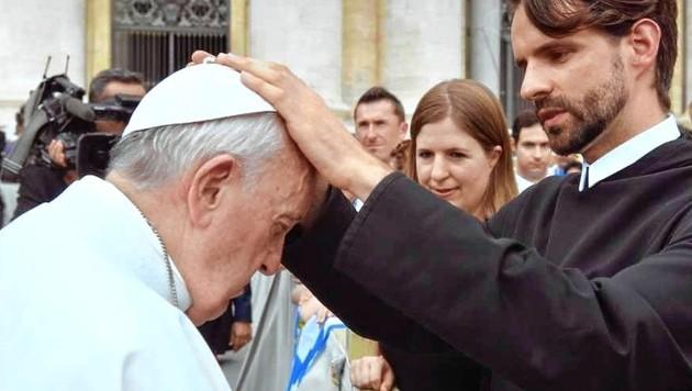 Das Foto des Segens mit Priester Johannes Feierabend und dem Papst fand sich auf dem Instagram-Account des Heiligen Vaters wieder. (Bild: Vatican Media)